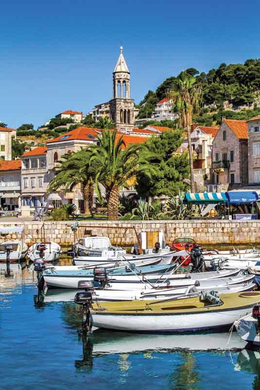 Stari Grad w Hvarze przyciąga turystów niepowtarzalną atmosferą i wspaniałymi zabytkami. Charakterystycznym punktem w jego panoramie jest wznosząca się nieopodal portu wieża.