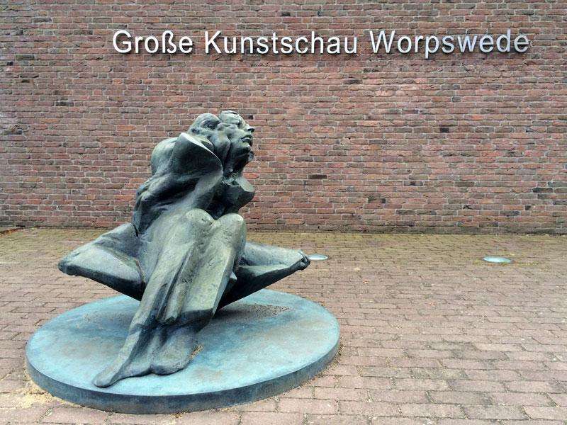 Rzeźba przed wejściem do Groβe Kunstschau Worpswede, fot. Paweł Wroński